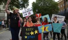 Ressaca da votação. Um pequeno grupo de manifestantes pró-UE protesta diante da residência do premier David Cameron, em Londres: saída britânica deve reforçar eixo Paris-Berlim Foto: GEOFF CADDICK / GEOFF CADDICK/AFP