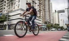 Evolução. Ciclista na Roberto Silveira: fluxo em trecho da avenida subiu 57% Foto: hermes de paula