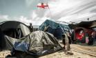 Migrantes na 'Selva' de Calais exibem bandeira inglesa Foto: PHILIPPE HUGUEN / AFP
