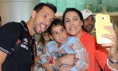 Nenê faz graça ao posar com torcedores do Vasco na chegada a Maceió Foto: Divulgação