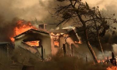 As chamas começaram na tarde de quinta-feira em Erskine, a três horas ao norte de Los Angeles Foto: Noah Berger / Reuters