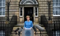 Nicola Sturgeon, primeira-ministra da Escócia, após a reunião de seu gabinete neste sábado Foto: OLI SCARFF / AFP