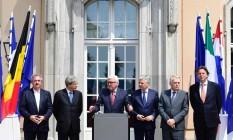 Ministros das Relações Exteriores de Luxemburgo (Jean Asselborn), Itália (Paolo Gentiloni), Alemanha (Frank-Walter Steinmeier), Bélgica (Didier Reynders), França (Jean-Marc Ayrault) e Holanda (Bert Koenders) após a reunião Foto: JOHN MACDOUGALL / AFP