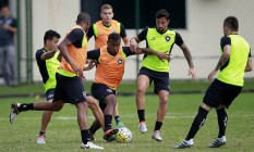 Ribamar tenta se livrar da marcação em treino do Botafogo em General Severiano: atacante volta ao time titular Foto: Vitor Silva / SSPress/Botafogo