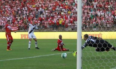 Leandrão observa a bola entrar no gol de empate do Vasco Foto: Carlos Gregório Jr/Vasco.com.br
