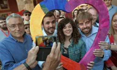 Líder da Esquerda Unidade, Alberto Garzon, agora parte da coalizão do Unidos Podemos, posa para foto antes de ato de campanha em Gijon Foto: ELOY ALONSO / ELOY ALONSO/REUTERS