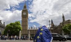 No centro de Londres, um manifestante envolto em uma bandeira da UE participa de um protesto contra a saída do Reino Unido do bloco europeu Foto: JUSTIN TALLIS / AFP