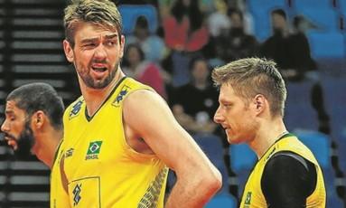 Lucão, com 2,09m, contrasta com Murilo, de 1,90m; Brasil tem time olímpico com maior média de altura Foto: Alexandre Cassiano