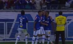William (camisa 9) comemora um dos gols do Cruzeiro Foto: Reprodução
