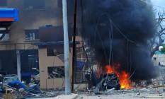 Fogo é visto na cena de um atentado reivindicado por militantes da al-Shabaab no hotel Naasa-Hablood, em Mogadíscio Foto: MOHAMED ABDIWAHAB / AFP