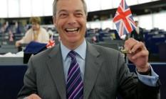 Saida à inglesa. Farage agita bandeira britânica na sede do Parlamento Europeu Foto: VINCENT KESSLER / REUTERS/8-6-2016