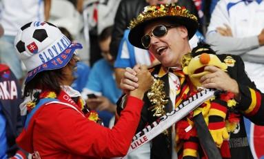 Torcedores fazem a festa no estádio Pierre-Mauro, em Lille Foto: Pascal Rossignol / REUTERS