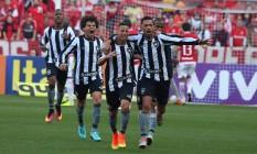 Jogadores do Botafogo comemoram o primeiro gol na vitória sobre o Internacional Foto: Wesley Santos