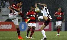 Réver em disputa com Magno Alves no Fla-Flu: zagueiro rubro-negro deu apoio a Rafael Vaz após falha que decidiu o clássico Foto: Nelson Perez / Fluminense F.C.