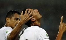 Richarlison é cumprimentado por Cícero após marcar o gol da vitória tricolor Foto: NELSON PEREZ/FLUMINENSE F.C.