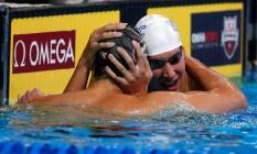Kalisz, de touca branca, abraça Jay Litherland para comemorar a vaga olímpica na Rio-2016: dupla de revelações desbanca Ryan Lochte Foto: AL BELLO / AFP