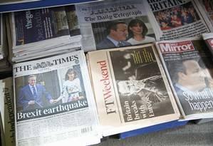 Jornais britânicos estampam em suas capas decisão histórica do Reino Unido de deixar a União Europeia Foto: NEIL HALL / REUTERS