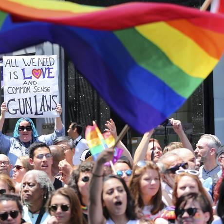 Na rua. Em Nova York, milhares participaram da parada gay, que lembrou os mortos do massacre de Orlando Foto: Mel Evans / AP