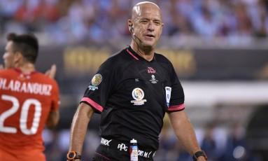 Heber Roberto Lopes sorri durante a final da Copa América: árbitro brasileiro foi alvo de críticas por atuação chamativa Foto: NELSON ALMEIDA / AFP