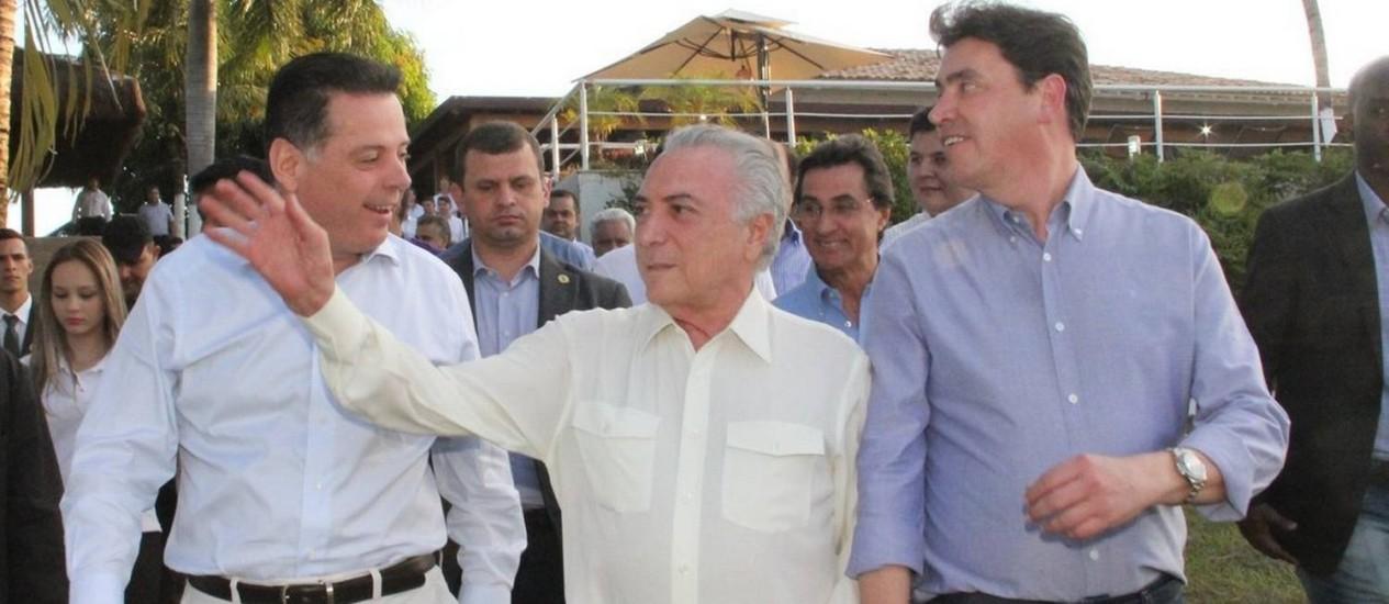 Temer entre Marconi Perillo (à esquerda), governador de Goiás, e o senador Wilder Morais (PP-GO) Foto: Carlos Eduardo Reche/Governo de Goiás