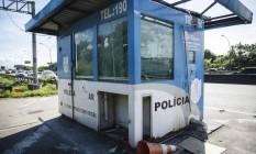 Posto da PM na Linha Vermelha sem agentes e com teto e persianas quebrados Foto: Fernando Lemos / Agência O Globo