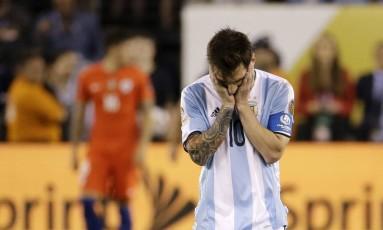 Messi leva as mãos à cabeça após perder pênalti na decisão da Copa América: frustração na Argentina com mais um vice-campeonato Foto: Julio Cortez / AP