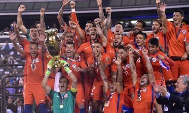 Bravo, goleiro do Chile, ergue o troféu da Copa América Centenário: festa pelo bicampeonato Foto: NELSON ALMEIDA / AFP