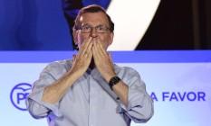 Mariano Rajoy cumprimenta apoiadores após eleições legislativas espanholas Foto: JOSE JORDAN / AFP