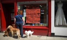 Incerteza. Mulher observa a loja de um pequeno comerciante polonês em Berwick-upon-Tweed, no Norte da Inglaterra: clima de incerteza entre imigrantes cresceu após referendo Foto: OLI SCARFF / AFP