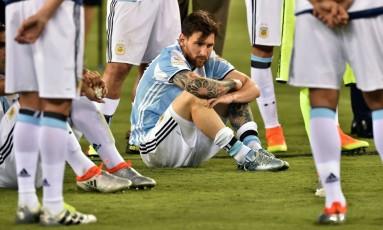 Messi sentado e desolado, cercado por companheiros da seleção: decisão de não mais jogar pela Argentina abre crise sem precedentes e pode fazer dele o líder de uma revolução no futebol do país Foto: NICHOLAS KAMM / AFP