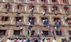 Pais flagrados escalando muro de locais de prova para passar cola Foto: AP