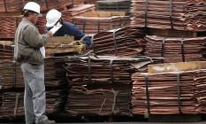 Placas de cobre em fábrica da BHP Foto: MATIAS RECART / BLOOMBERG NEWS