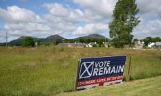 """Placa pedindo voto no """"Remain"""" (permanecer na UE) é vista em St Boswells, na Escócia, perto da fronteira com a Inglaterra Foto: OLI SCARFF / AFP"""
