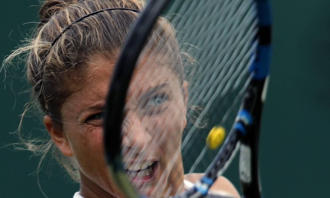 A italiana Sara Errani devolve a bola na partida contra a romena Patricia Tig Ben Curtis / AP