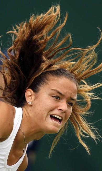 A bela grega Maria Sakkari, de 20 anos, saca na vitória sobre a chinesa Saisai Zheng Alastair Grant / AP