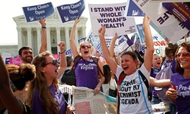 Ativistas pró-aborto comemoram decisão que derrubou lei restritiva no Texas Foto: KEVIN LAMARQUE / REUTERS