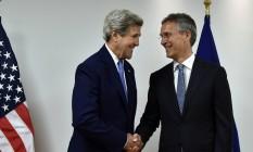 Secretário de Estado americano, John Kerry, cumprimenta secretário-geral da Otan, Jens Stoltenberg, ao chegar para um encontro na sede da organização em Bruxelas Foto: ERIC VIDAL / AFP