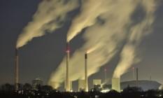Nuvens de poluição saem de chaminés em usina de energia movida a carvão em Gelsenkirchen, na Alemanha Foto: Martin Meissner / AP