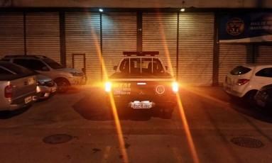 Carro da Guarda Municipal parado em recuo de loja Foto: Foto de leitor / WhatsApp do GLOBO