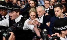 Líder trabalhista Jeremy Corbyn (centro) chega em ato em seu apoio na Praça do Parlamento, em Londres Foto: TOBY MELVILLE / REUTERS