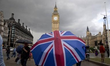 Pedestre com a bandeira do Reino Unido e o Big Ben ao fundo Foto: JUSTIN TALLIS / AFP