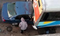 Carro fica imprensado em ônbus na Niterói-Manilha Foto: Divulgação
