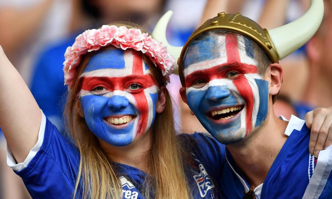 O casal islandês feliz da vida no estádio em Nice... BERTRAND LANGLOIS / AFP