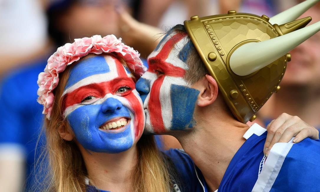 ...e, claro, não faltou beijo para comemorar a inédita classificação às quartas de final BERTRAND LANGLOIS / AFP