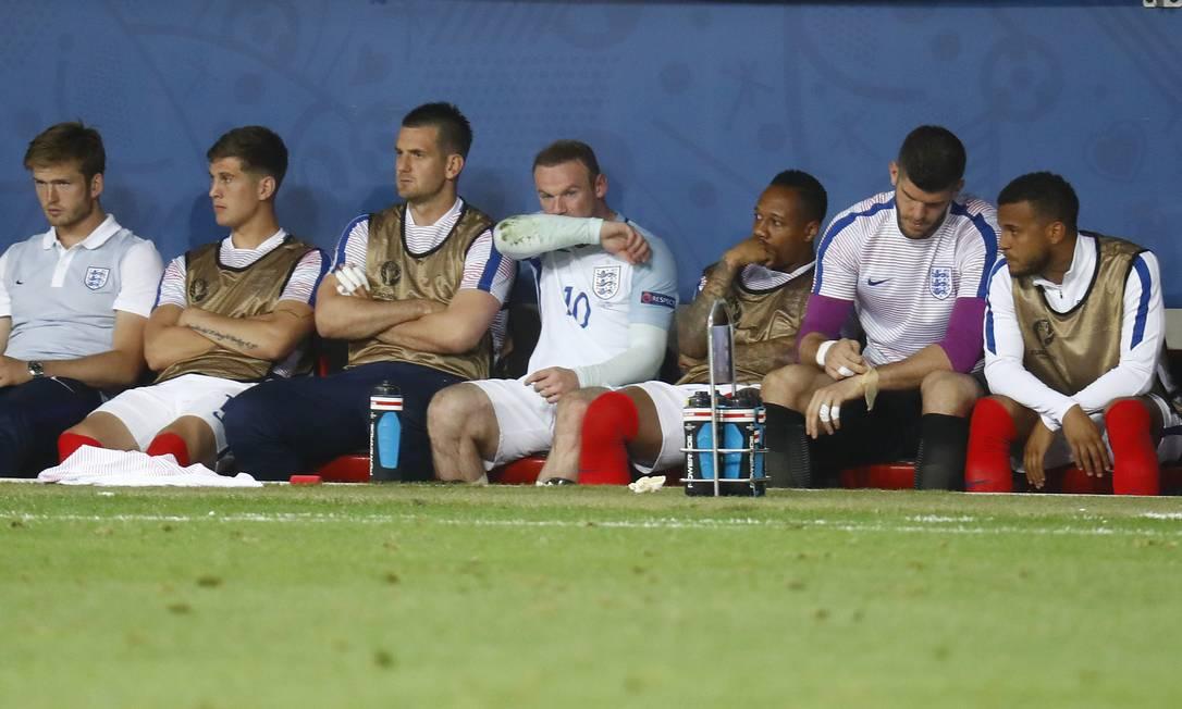 Rouney, autor do gol inglês, número 10, desolado no banco de reservas Kai Pfaffenbach / REUTERS