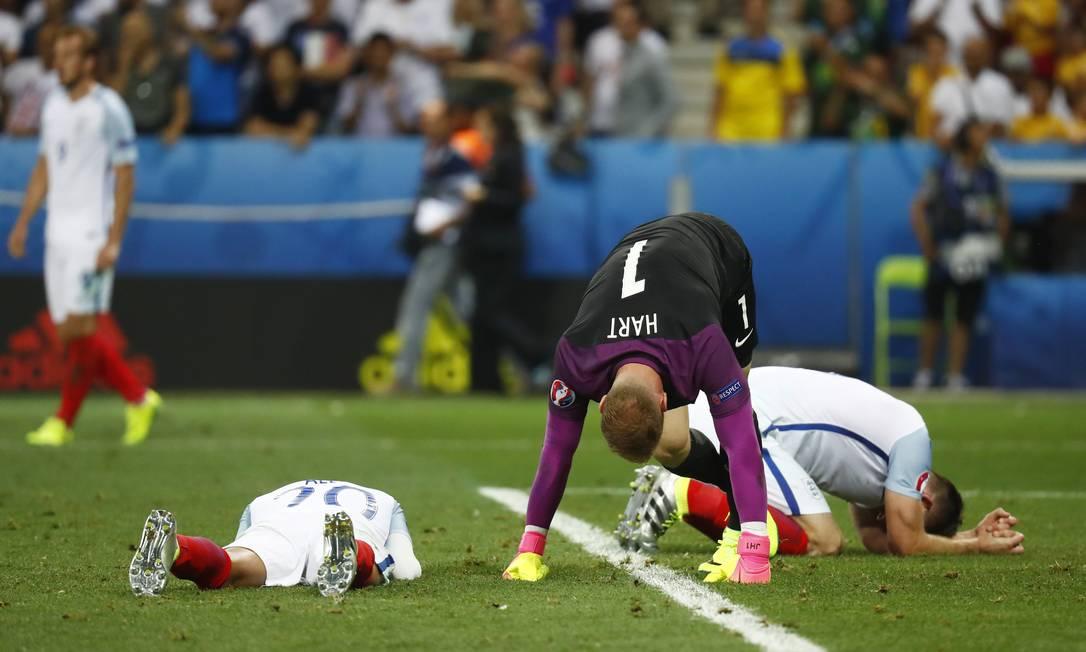 Gary Cahill e o goleiro Joe Hart desabam após a eliminação inglesa em Nice Kai Pfaffenbach / REUTERS
