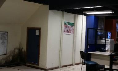 Mofo na parede da 15ªDP (Gávea) Foto: Luiz Ernesto Magalhães / O Globo