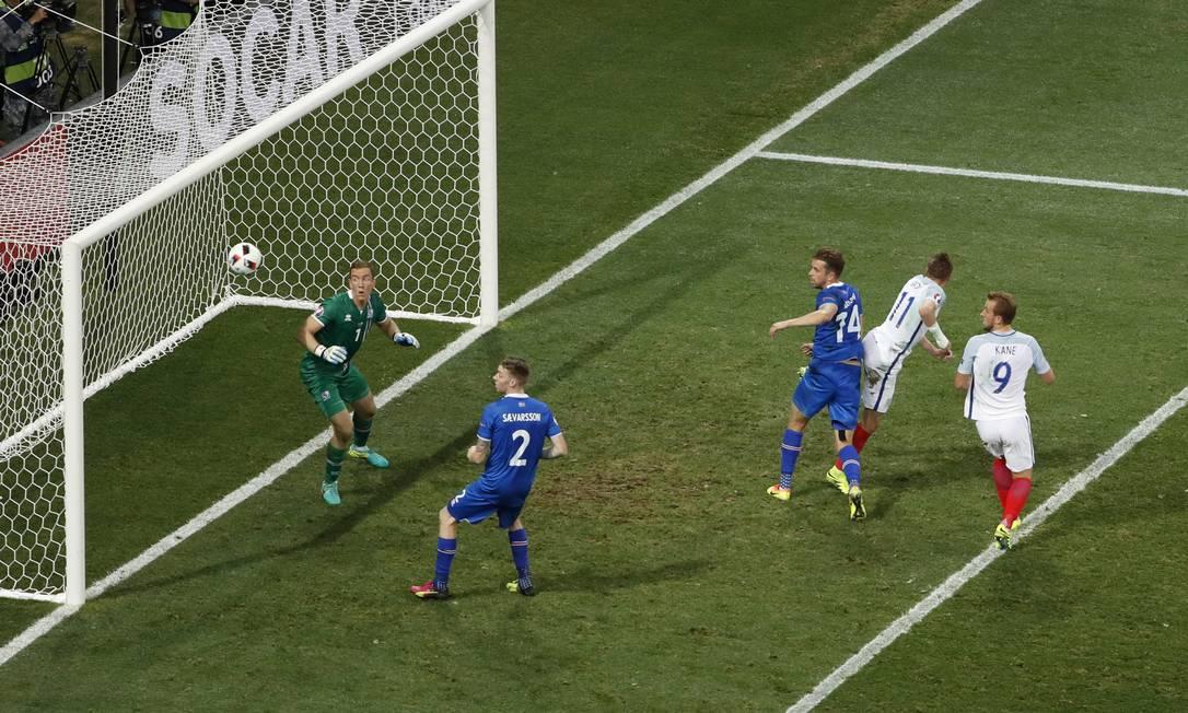Vardy, número 11, desperdiça chance de gol no fim da partida Yves Herman / REUTERS