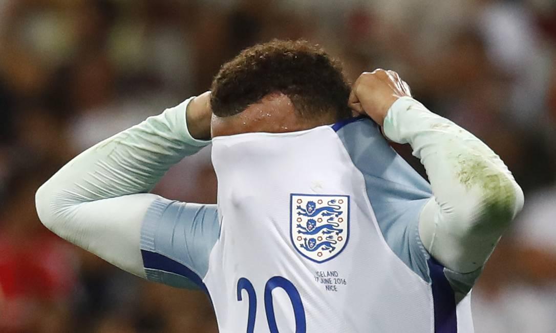 O britânico Dele Alli esconde o rosto após a eliminação Kai Pfaffenbach / REUTERS