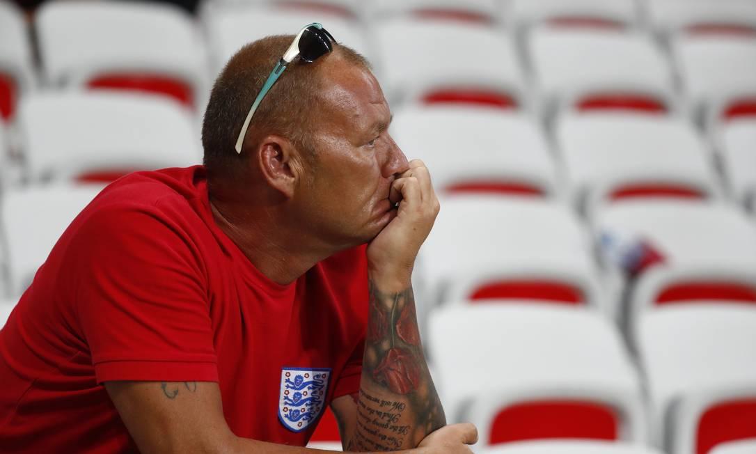O torcedor inglês parecia não acreditar no resultado final da partida Kai Pfaffenbach / REUTERS